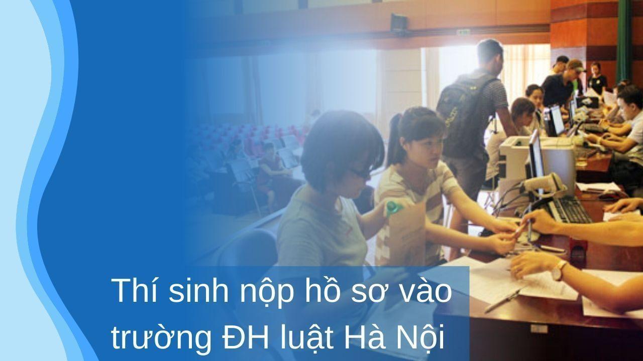 Nhiều thí sinh có điểm thi cao sáng nay mới nộp hồ sơ đăng ký vào Đại học Luật Hà Nội. Ảnh: Quỳnh Trang.